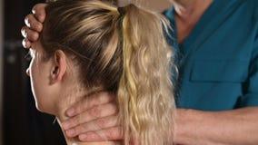 De diepgewortelde arts is bezig geweest met het hand uitgeven van de schedel van een jong meisje Alternatieve geneeskunde Gezondh stock videobeelden