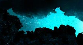 De diepte van het zeewater, de oceaanbodem, de stralen van de zon door het water stock afbeelding