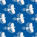 De dierlijke wolken silhouetteren van de de illustratie abstracte hemel van het duif het naadloze patroon vector natuurlijke mili royalty-vrije illustratie