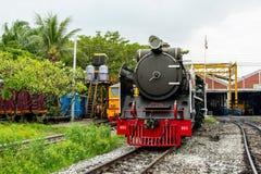 De Diesel Elektrische Locomotieven die van de stoomlocomotief en bij treindepot parkeren van Thailand stock fotografie