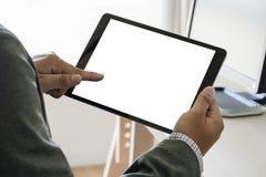 De digitale dichte omhooggaande mens die van de tabletcomputer de mens van tablethanden mult gebruiken Royalty-vrije Stock Fotografie