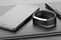 De digitale grafische tablet van de kunstraad met naald, smartphone en activiteitendrijver op een donkere houten oppervlakte Deta Stock Foto