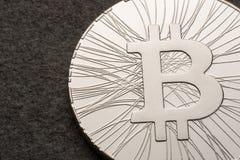 De digitale munt van het Bitcoinmuntstuk op donkere achtergrond Lege ruimte voor tekst De idylle van de zomer Virtueel, investeer Stock Foto's