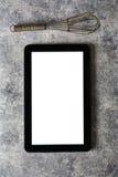 De digitale tablet, met zwaait en antiek tafelzilver, op grungebac Royalty-vrije Stock Afbeeldingen
