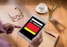 De digitale tablet van de mensenaanraking, koffie Royalty-vrije Stock Afbeelding