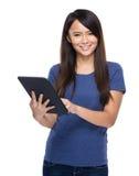 De digitale tablet van het vrouwengebruik Stock Foto's