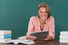 De Digitale Tablet van leraarswith books and Royalty-vrije Stock Fotografie