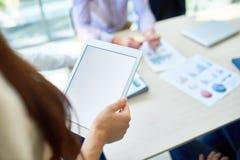 De Digitale Tablet van de onherkenbare Vrouwenholding stock fotografie