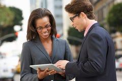 De Digitale Tablet van zakenmanand businesswoman using buiten stock foto's