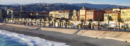 De dijk en het strandpanorama van Nice Stock Fotografie