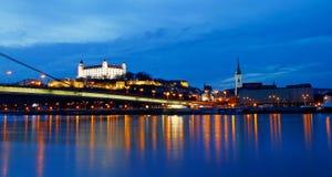 De Dijk van de nachtscène van Donau, Bratislava Stock Foto's