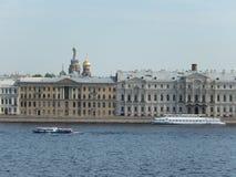 De dijk van de rivier Neva Heilige-Petersburg Rusland Royalty-vrije Stock Foto's