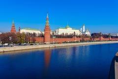 De dijk van de rivier van Moskou met het Kremlin, Rusland stock afbeelding