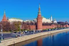 De dijk van de rivier van Moskou met het Kremlin, Rusland stock foto