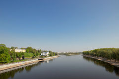 De dijk van de Sozhrivier dichtbij het Paleis en Parkensemble in Gomel, Wit-Rusland stock foto's
