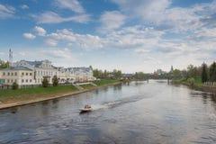 De Dijk van de Tvertsrivier aan Torzhok stock afbeelding