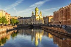 De dijk van de Fontankarivier in de vroege ochtend met St Isidore Church, St. Petersburg stock afbeelding