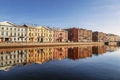 De dijk van de Fontankarivier in de vroege ochtend, St. Petersburg stock afbeelding