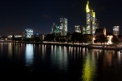 De dijk van Frankfurt-am-Main bij nacht Stock Foto
