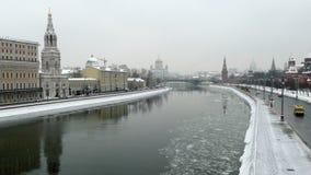 De dijk van het Kremlin en de rivier van Moskou stock videobeelden