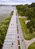 De Dijk van Novosibirsk in de zomer Verticaal kader royalty-vrije stock afbeelding
