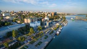 De dijk van rostov-op-trekken en Voroshilov-de brug aan Rusland Stock Fotografie