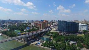 De dijk van rostov-op-trekken en Voroshilov-de brug aan Rusland stock footage