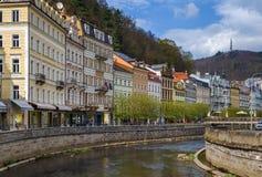 De dijk van Tepla-rivier, Karlovy varieert, Tsjechische republiek Royalty-vrije Stock Foto