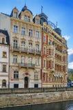 De dijk van Tepla-rivier, Karlovy varieert, Tsjechische republiek Stock Foto's