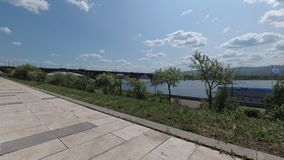 De dijk van de Yeniseyrivier en Communale brug stock footage