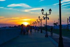 De dijk van de zuidelijke tropische stad tegen een mooie heldere zonsondergang royalty-vrije stock afbeeldingen