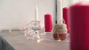 De dikke kaarsen van lit in het huisbinnenland stock video