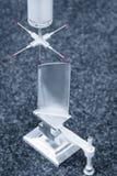 De dimensie van de exploitantinspectie turbinebladen door CMM na het machinaal bewerken van proces in industriële fabriek in blau Stock Foto's