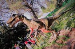 De dinosaurus is niet uitgestorven, leeft het met kinderen royalty-vrije stock afbeeldingen