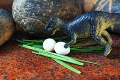 De dinosaurus t-Rex beschermt haar eieren Royalty-vrije Stock Afbeeldingen
