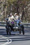 De 1904 Dion Bouton 8 caballos de fuerza V Tonnaeu que conduce en la carretera nacional fotos de archivo
