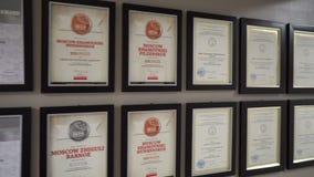 De diploma's en de toekenning in het kader hangen op de muur stock video