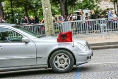 De Diplomatieke auto van Albanië tijdens Militaire parade ( Defile) in Republiek Dag ( Bastille Day) Champs Elyse stock foto