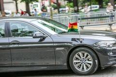 De Diplomatieke auto van Bolivië tijdens Militaire parade ( Defile) in Republiek Dag ( Bastille Day) Champs Elyse royalty-vrije stock afbeeldingen