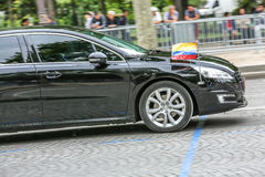 De Diplomatieke auto van Ecuador tijdens Militaire parade ( Defile) in Republiek Dag ( Bastille Day) Champs Elyse stock foto