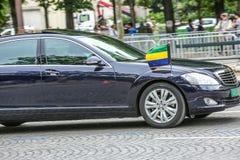 De Diplomatieke auto van Gabon tijdens Militaire parade ( Defile) in Republiek Dag ( Bastille Day) Champs Elysees stock foto