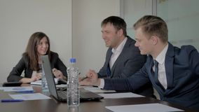 De directeur en de Creatieve Managers bij de het Onderhandelen Lijst gingen met een Sluw Idee akkoord stock video