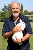De directeur Luciano Capponi met een konijn in haar wapens royalty-vrije stock foto's