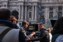 De directeur van een reclamespot op de stadsstraten wordt gezien werkend met een acteur royalty-vrije stock foto