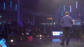 De directeur van Google-Spel, Apps en Spelen Purnima Kochikar spreekt voor het publiek stock videobeelden