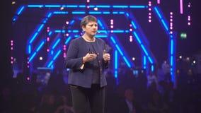 De directeur van Google-Spel, Apps en Spelen Purnima Kochikar spreekt voor het publiek stock video