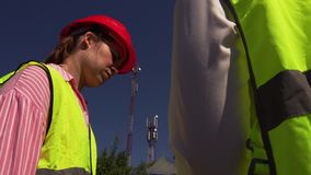 De Directeur van ingenieurscommunicates with construction stock footage