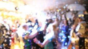 De disco, Banket, mensen vertroebelde het achtergrond dansen Nieuwe jaarviering stock footage
