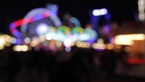De disco steekt funfair de ritten die van de regenboog bokeh lichten van de kermisterreinrit synthwave retrowave opvlammende Nach stock videobeelden