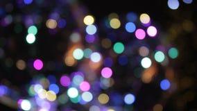 De disco steekt de lichtenritten aan die van de achtergrond funfair kermisterrein synthwave retrowave regenboog bokeh opvlammende stock footage